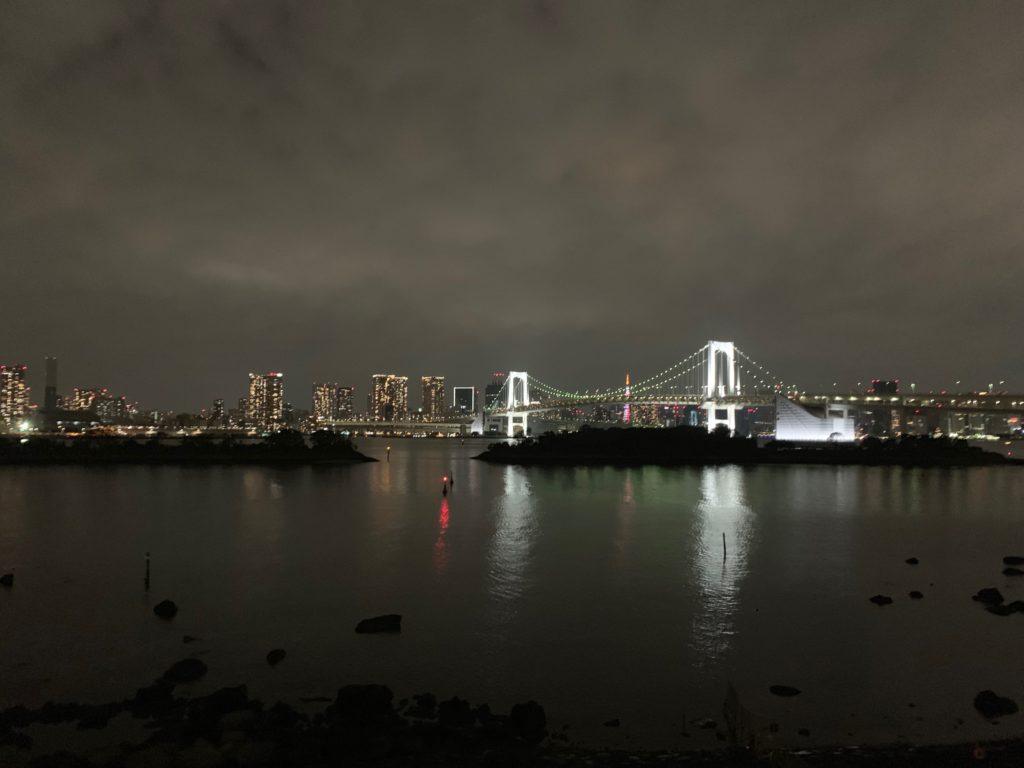 お台場から見渡す夜のレインボーブリッジの夜景
