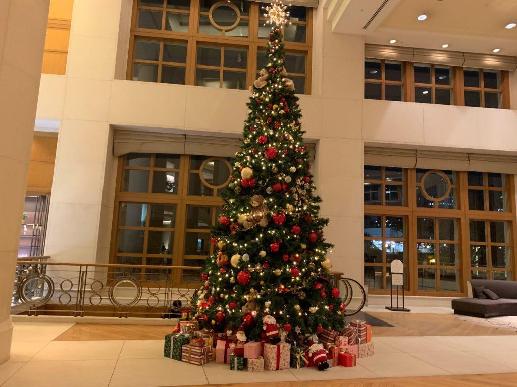 ヒルトン東京お台場のロビーに設置されているクリスマスツリー