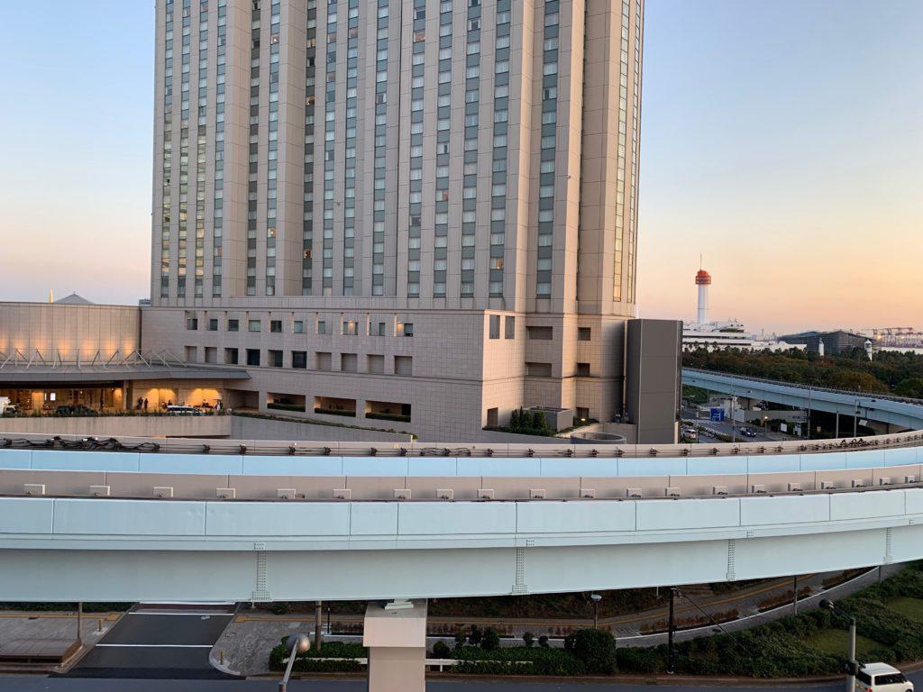 ヒルトン東京お台場のキングヒルトンゲストルームのベランダから見えるグランドニッコー台場
