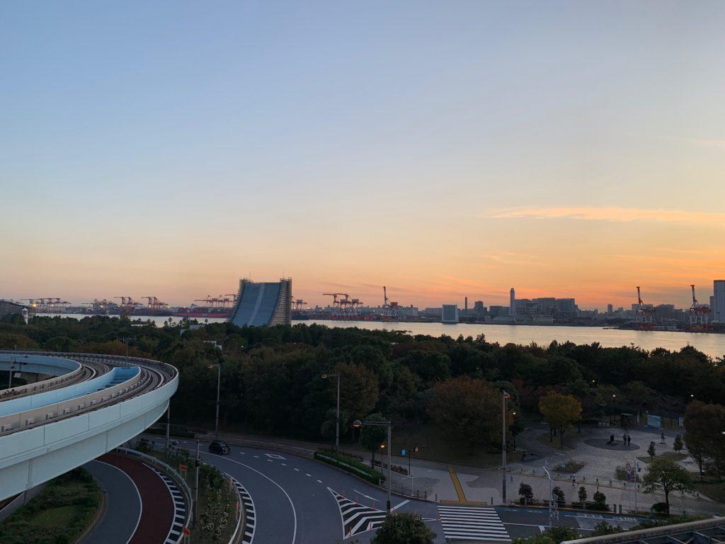 ヒルトン東京お台場のキングヒルトンゲストルームのベランダから見える工業地帯