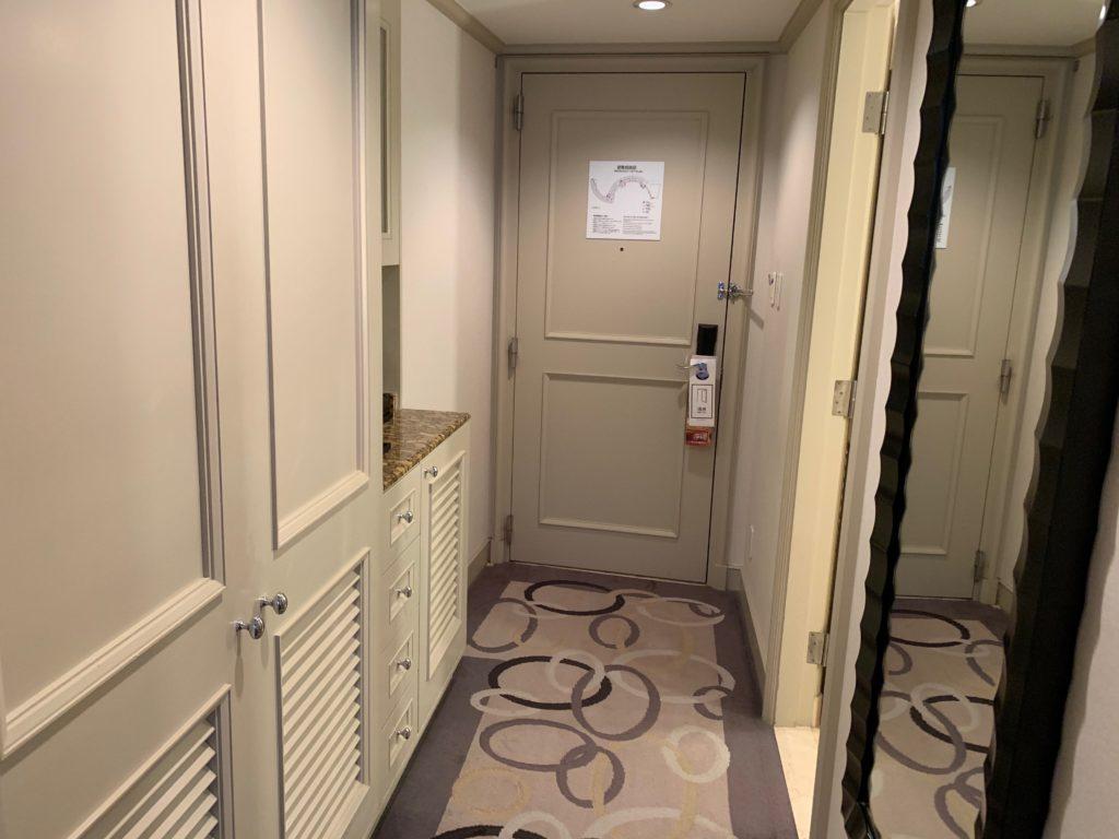 ヒルトン東京お台場のキングヒルトンゲストルームの玄関