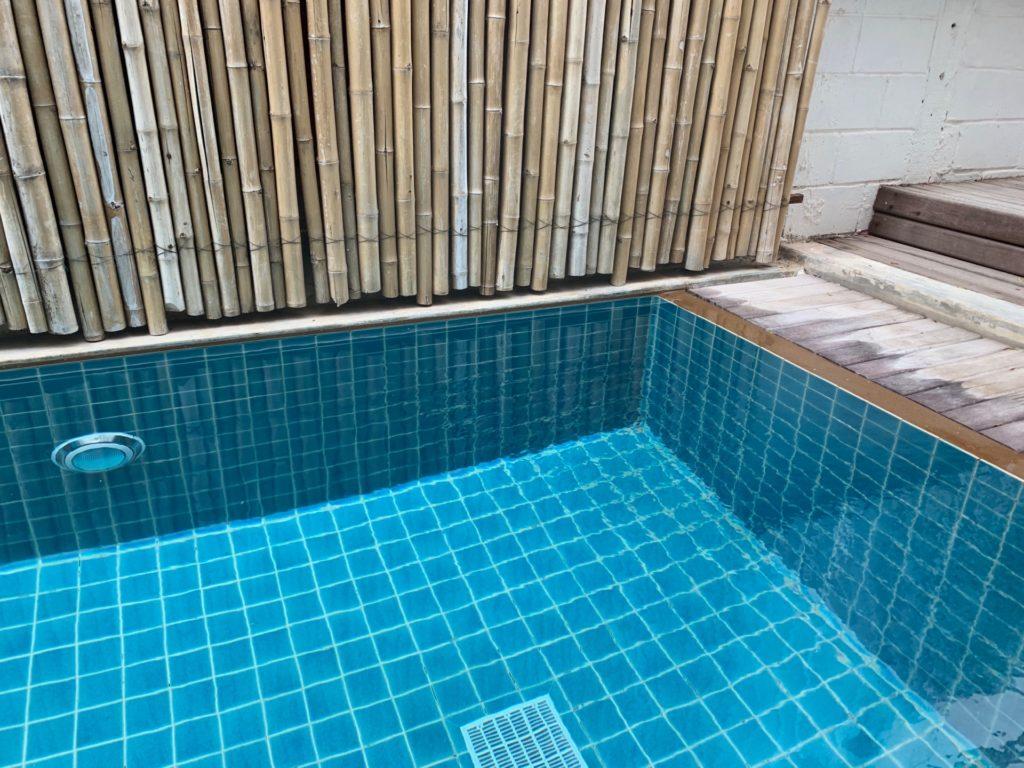 Mini S Hotel のフロントから眺めた屋外プール
