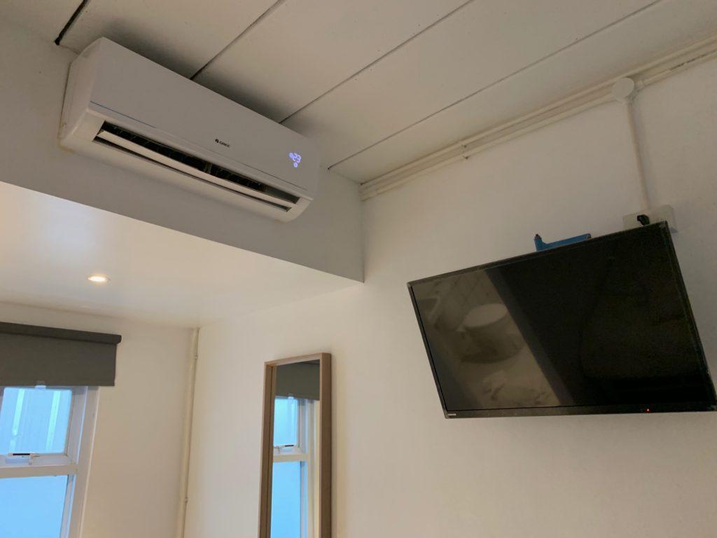 Mini S Hotel の客室内のクーラーとテレビ