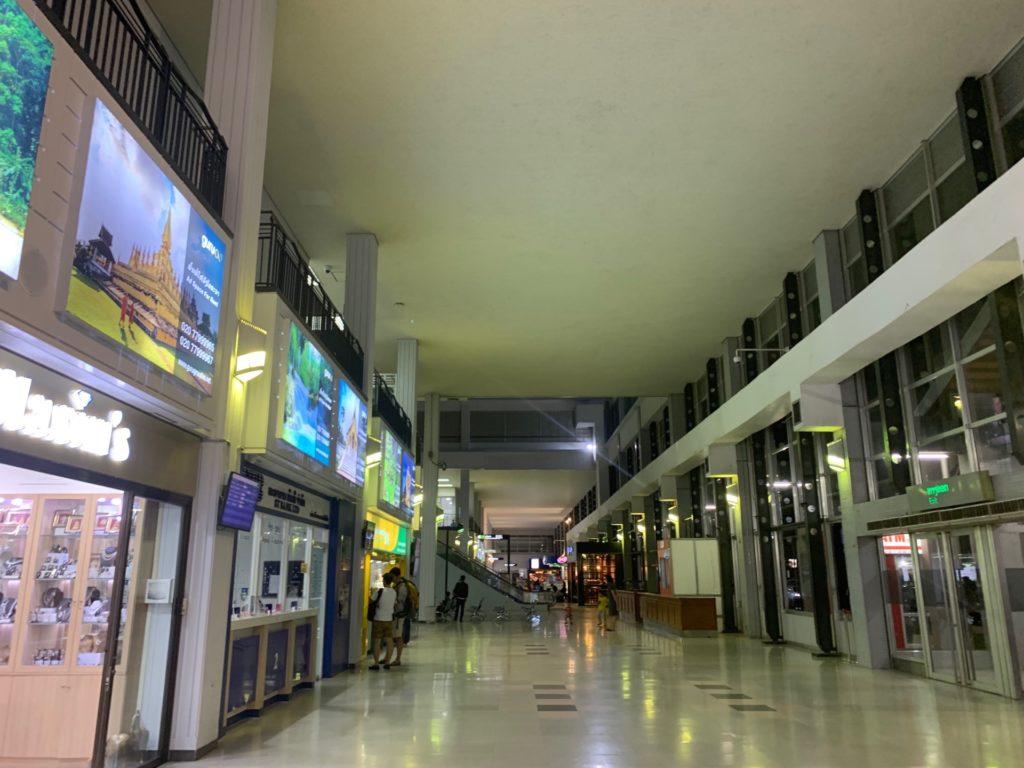 ヴィエンチャン(ワットタイ)国際空港の空港内到着ロビーの様子