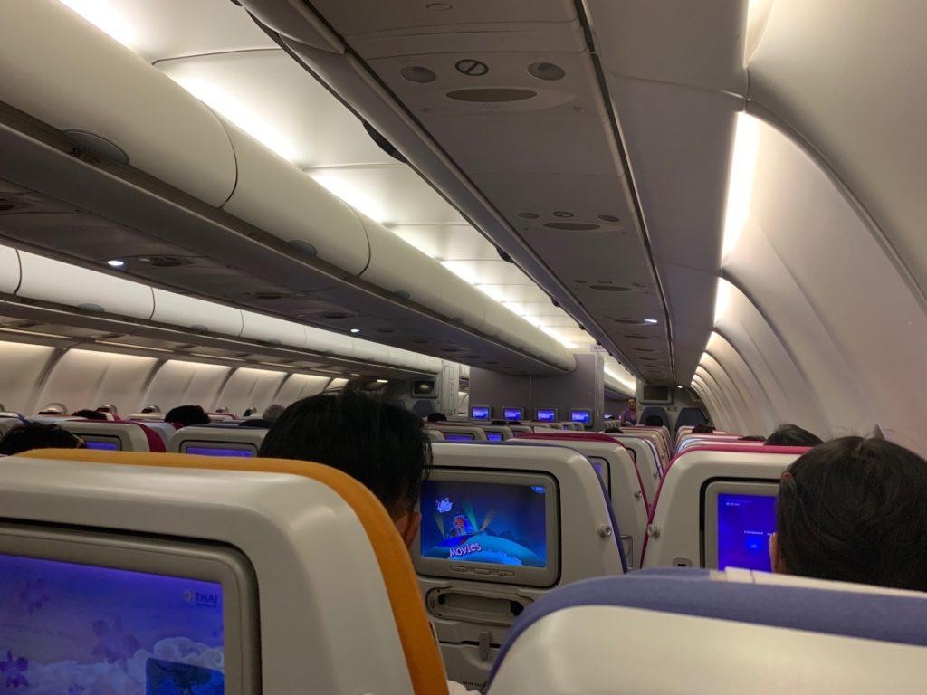 タイ国際航空「スワンナプーム→ヴィエンチャン」(TG574)のエコノミークラスの様子