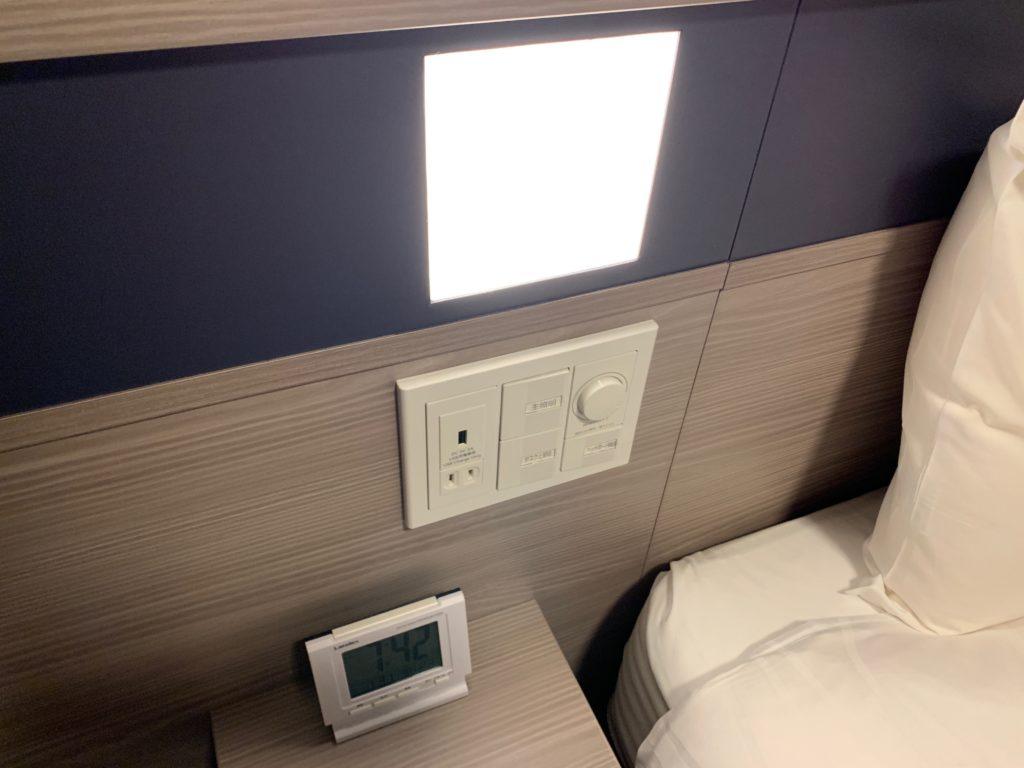 ベッド横の照明設備とコンセント