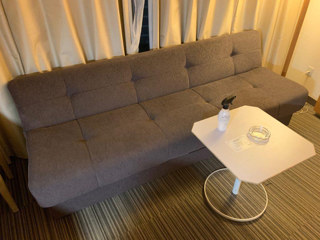 新横浜プリンスホテルのシングルルームにあるソファー