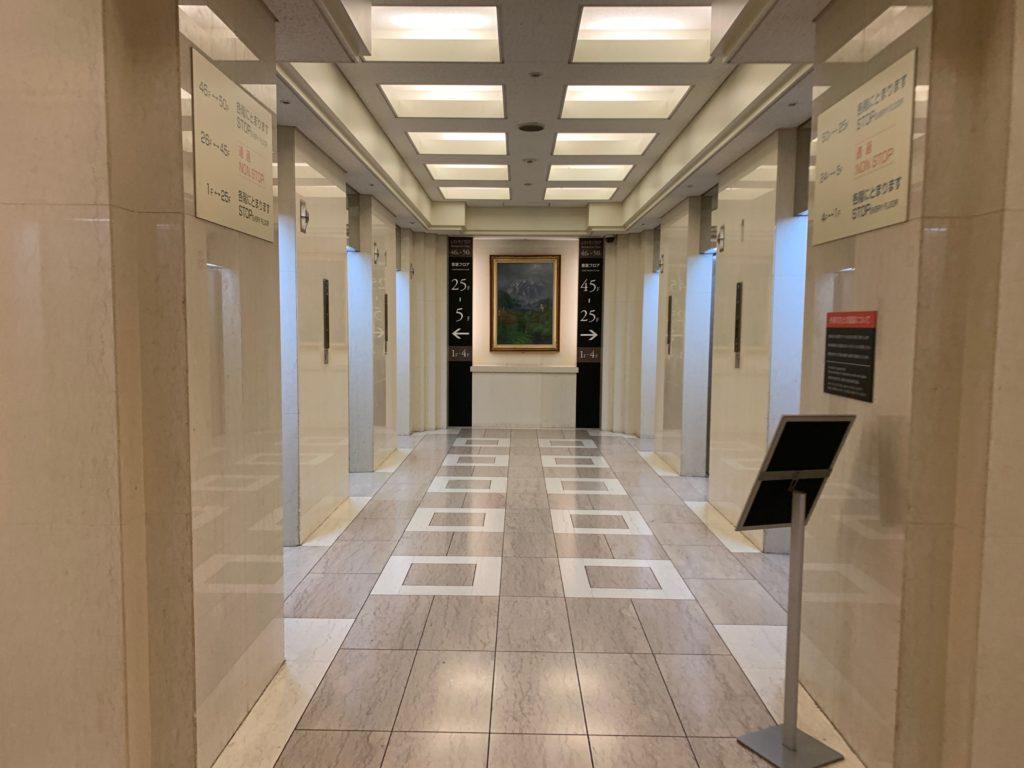 アパホテル&リゾート東京ベイ幕張のツインルームのエレベーターホール
