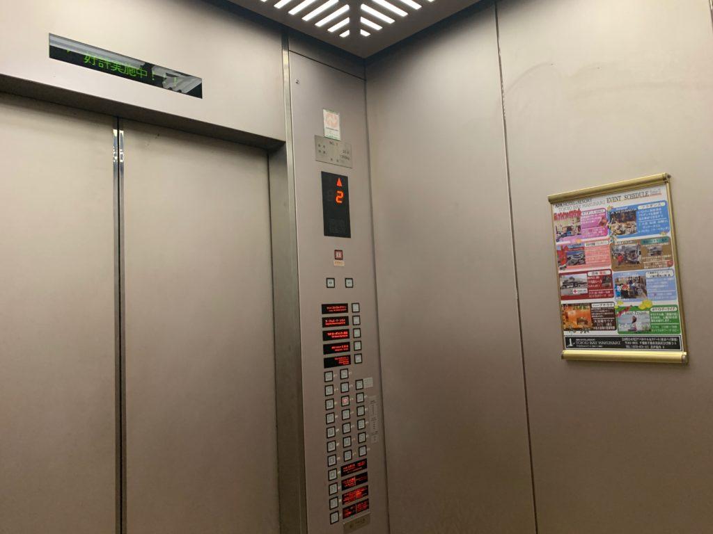 アパホテル&リゾート東京ベイ幕張のツインルームのエレベーター