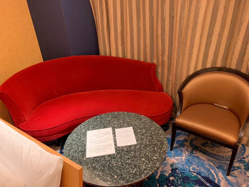 ホテルニューオータニ幕張のスーペリアルームのソファー