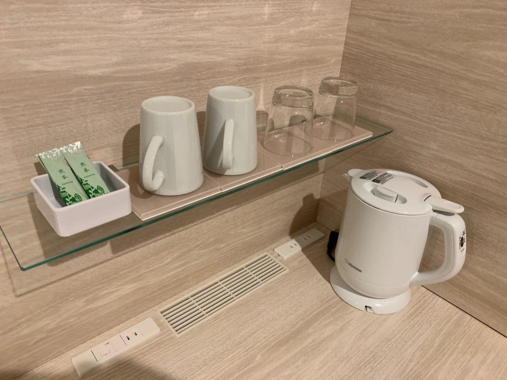 ベッセルイン千葉駅前の客室のシングルルームのデスクスペースにあるポットとマグカップ