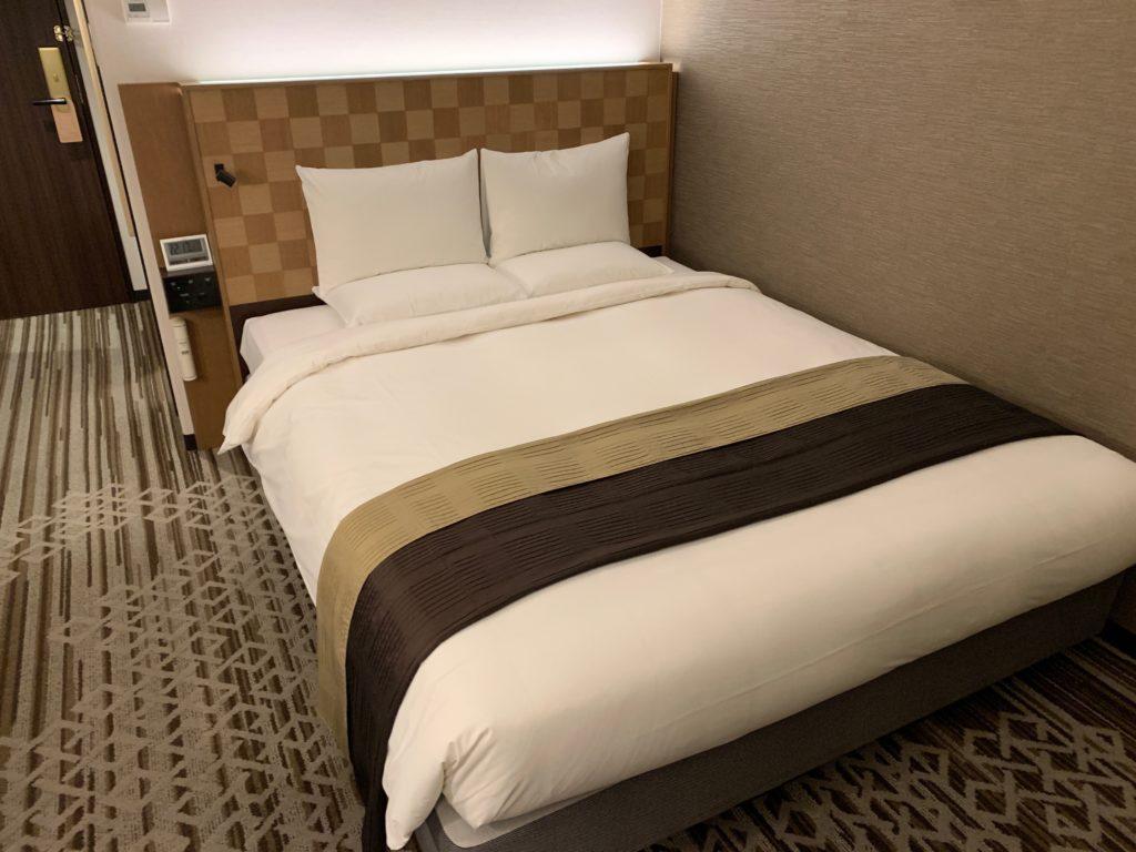 ホテル日航立川のダブルルームのベッド