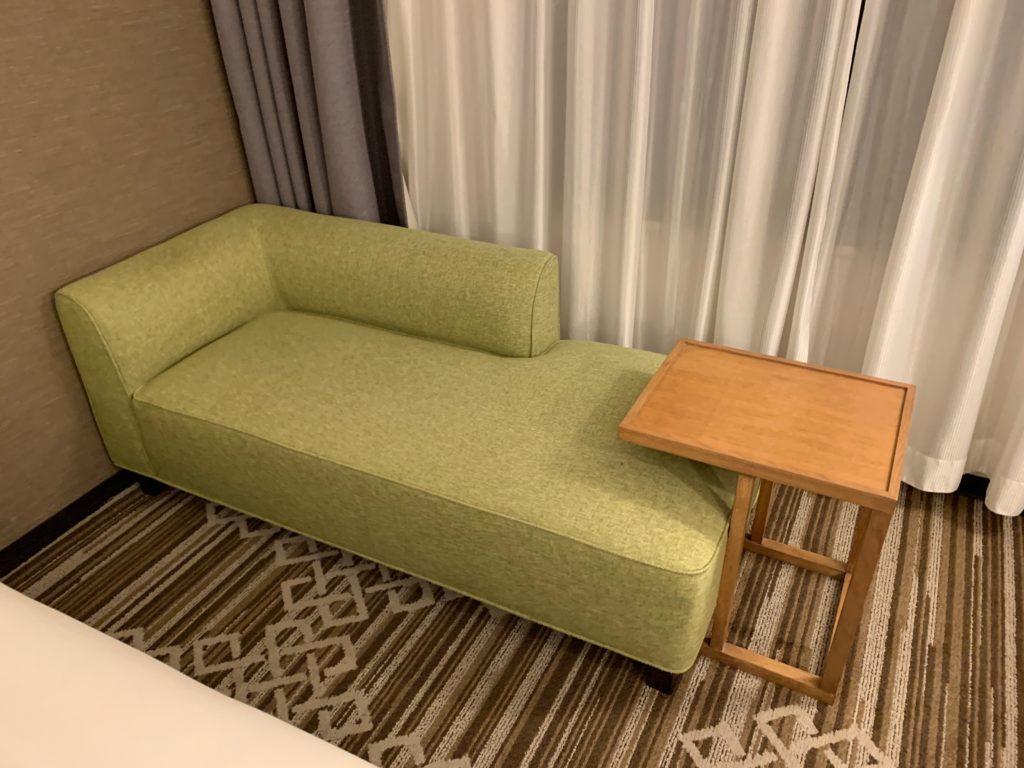 ホテル日航立川の客室のソファー