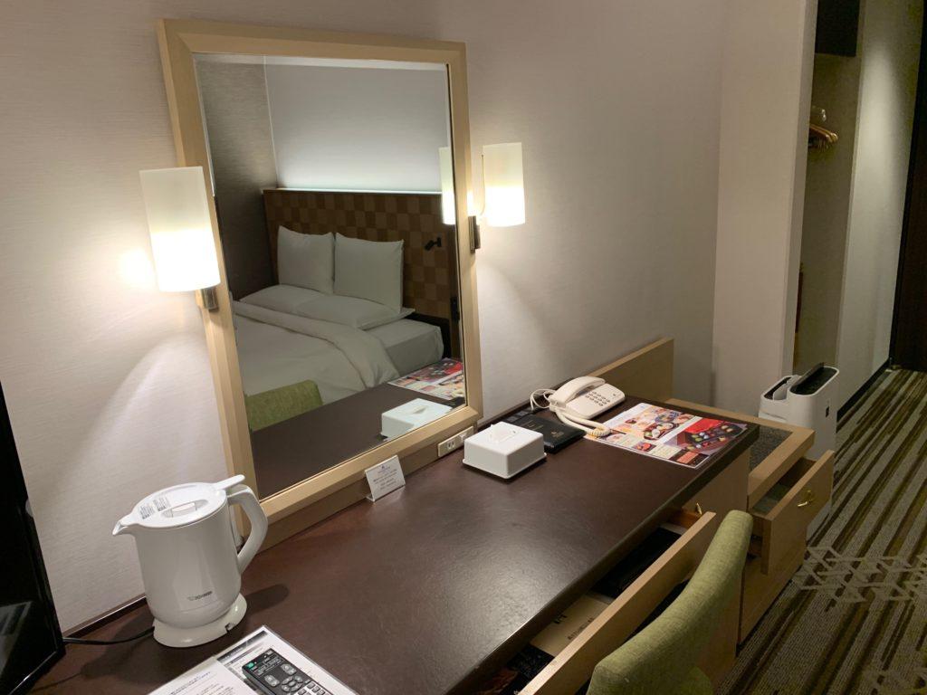 ホテル日航立川のダブルルームのデスクスペース