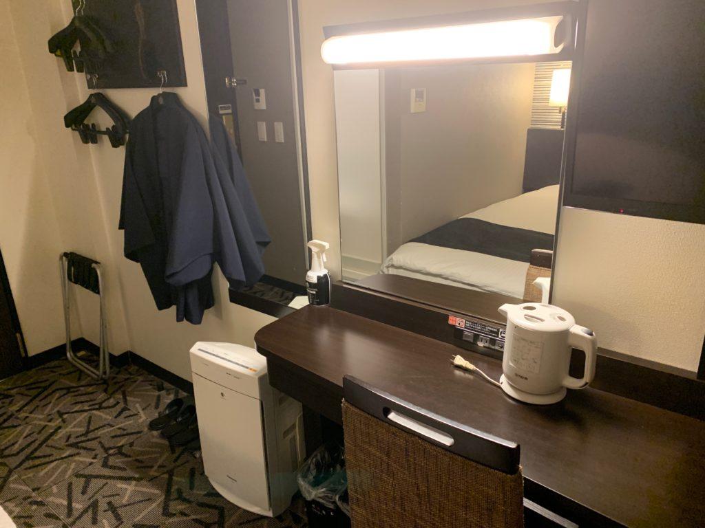アパホテル&リゾート東京ベイ幕張のWEST WINGのツインルームのデスクスペース