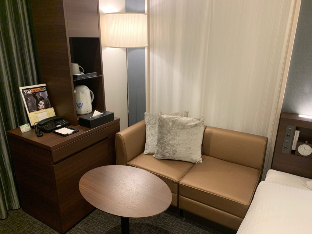 ダイワロイネットホテル千葉中央のハリウッドツインルームのソファー