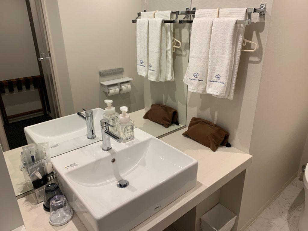 ダイワロイネットホテル千葉中央のハリウッドツインルームの洗面台