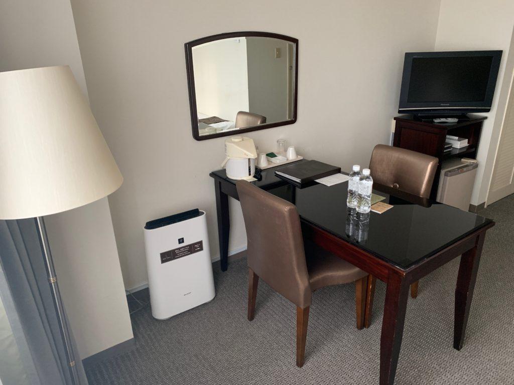 ホテルフランクスのスタイリッシュツインルームのデスクスペース