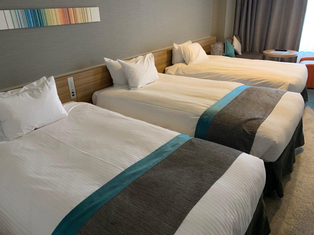 びわ湖大津プリンスホテルのスカイフロアツインルーム内のベッド