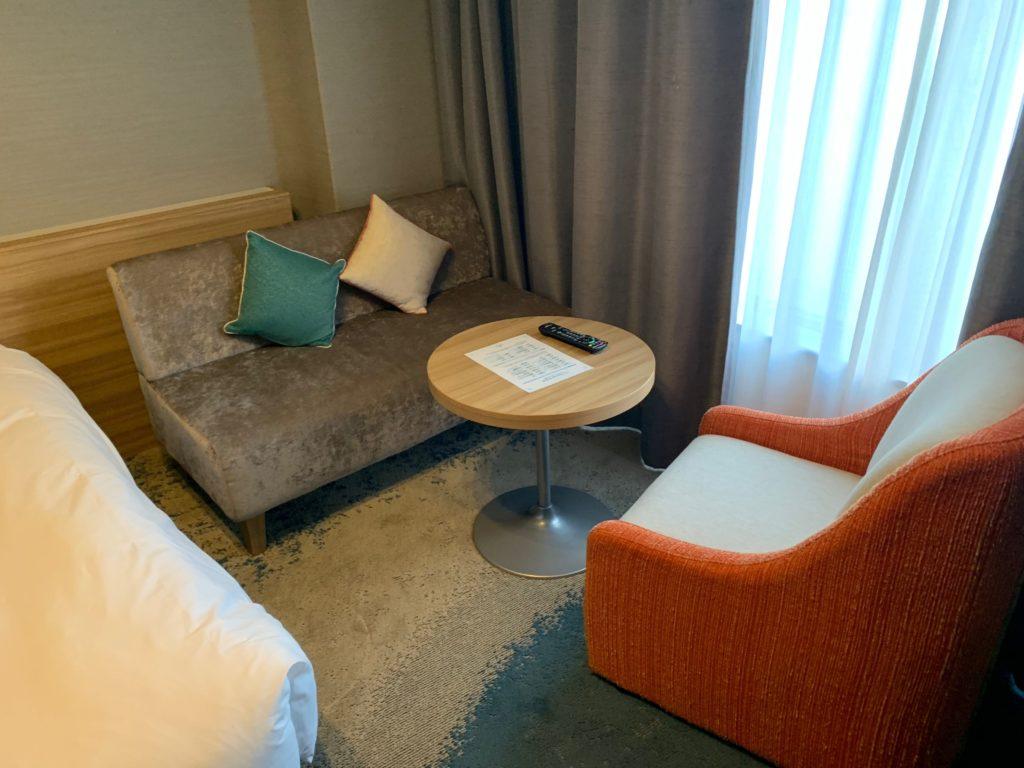 びわ湖大津プリンスホテルのスカイフロアツインルーム内のソファー