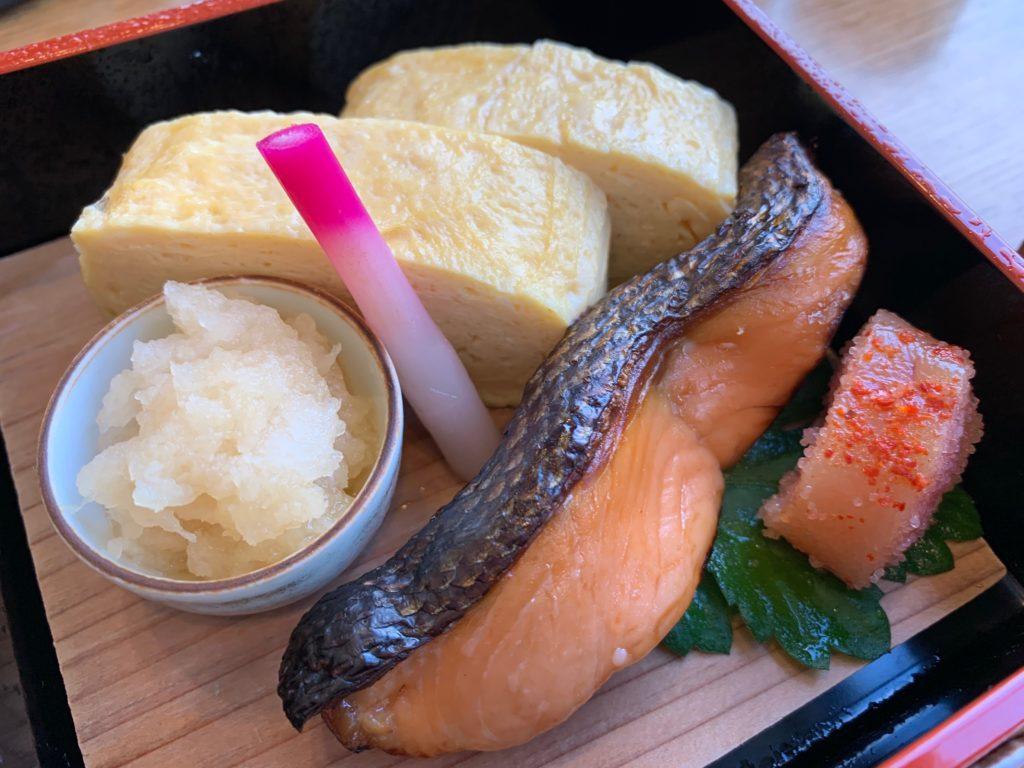びわ湖大津プリンスホテルのスカイラウンジの『和食 清水』の朝食のシャケの塩麹漬けと出汁巻き卵