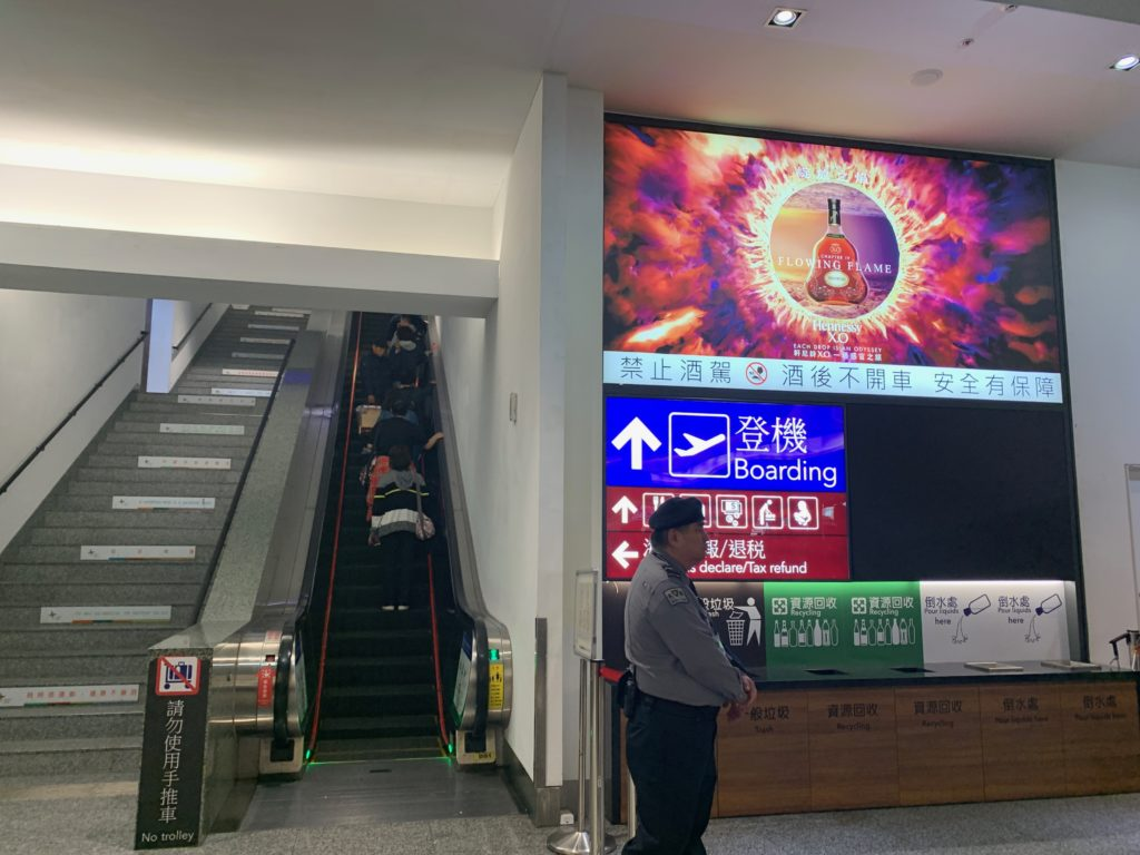 台北・桃園国際空港の保安検査場へ行く通路