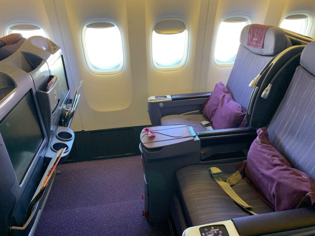 タイ国際航空(BOEING777-300型)のビジネスクラス(リクライニングシート型)