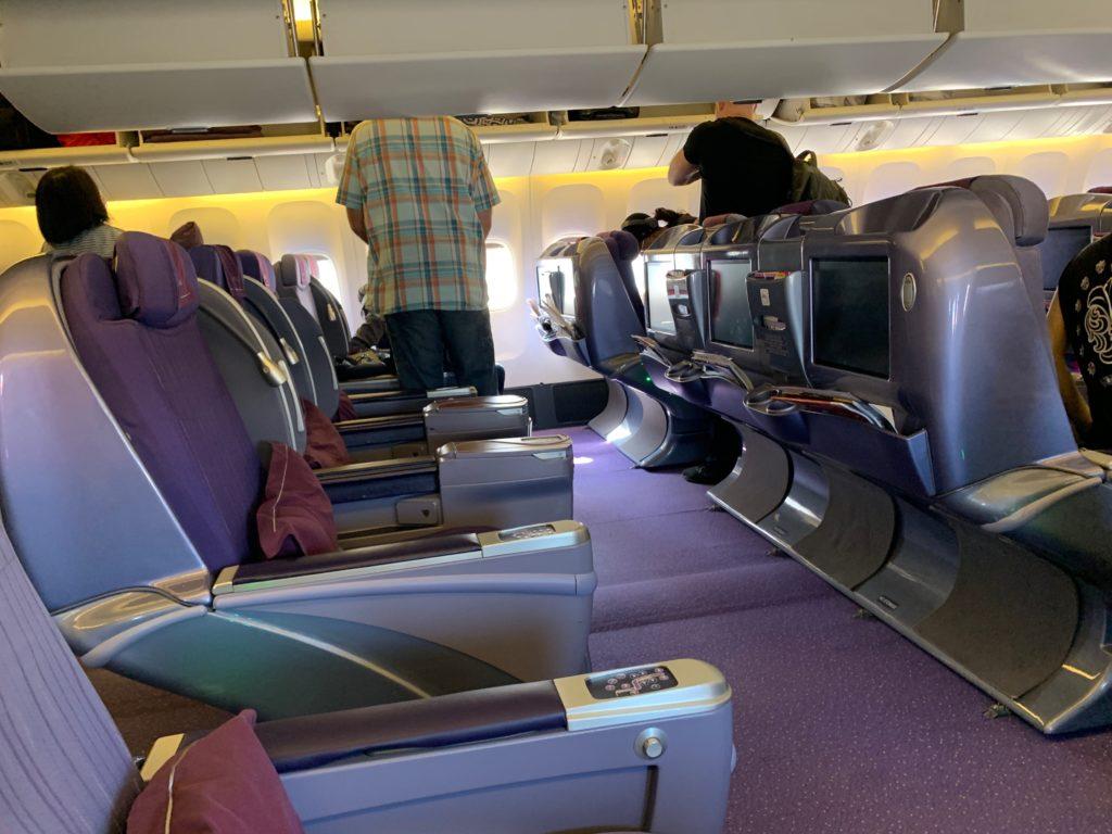 タイ国際航空(BOEING777-300型)のビジネスクラス(リクライニングシート型)のキャビン