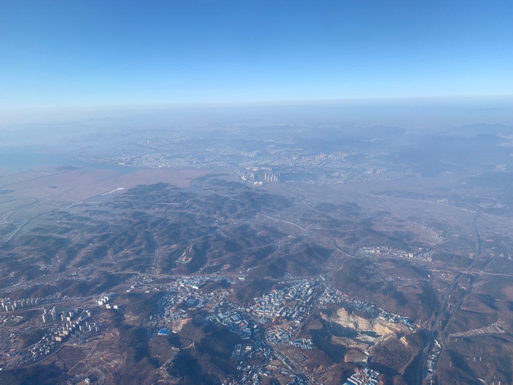 タイ国際航空(BOEING777-300型)のビジネスクラスからみたソウル上空の景色