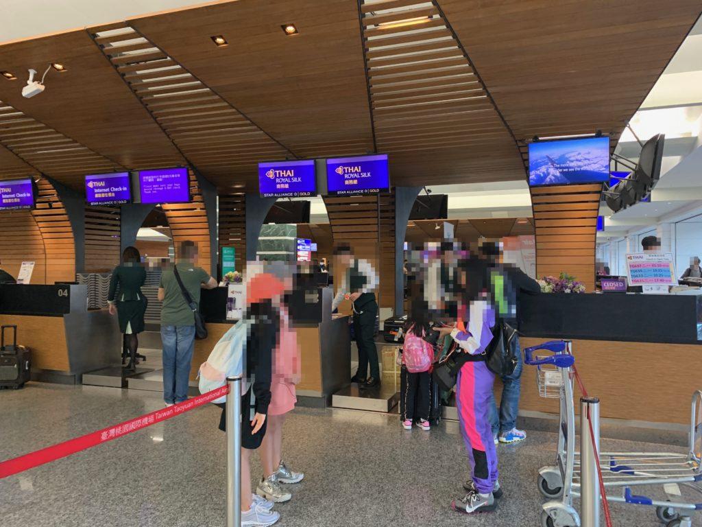 台北・桃園国際空港のタイ国際航空のビジネスクラスチェックインカウンター