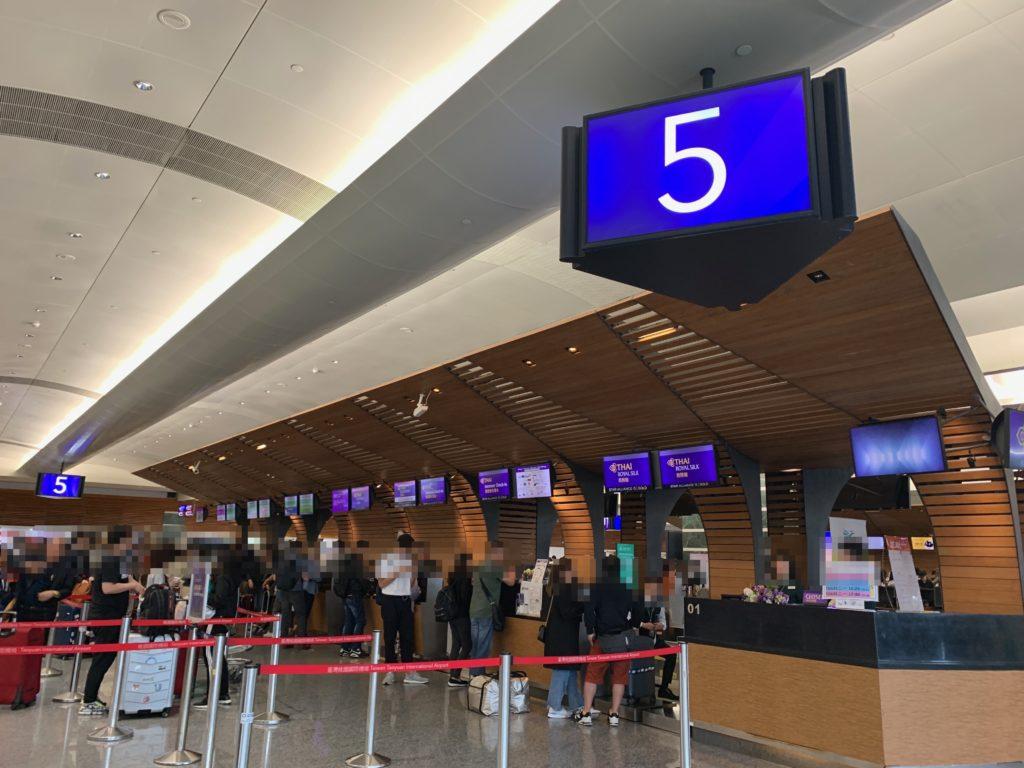 台北・桃園国際空港のタイ国際航空チェックインカウンター