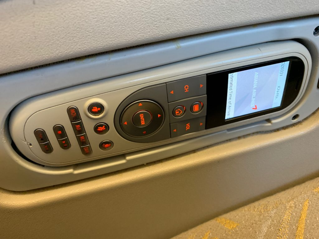 アシアナ航空OZ331(仁川→北京)のビジネスクラス(リクライニング型)の座席のリモコン