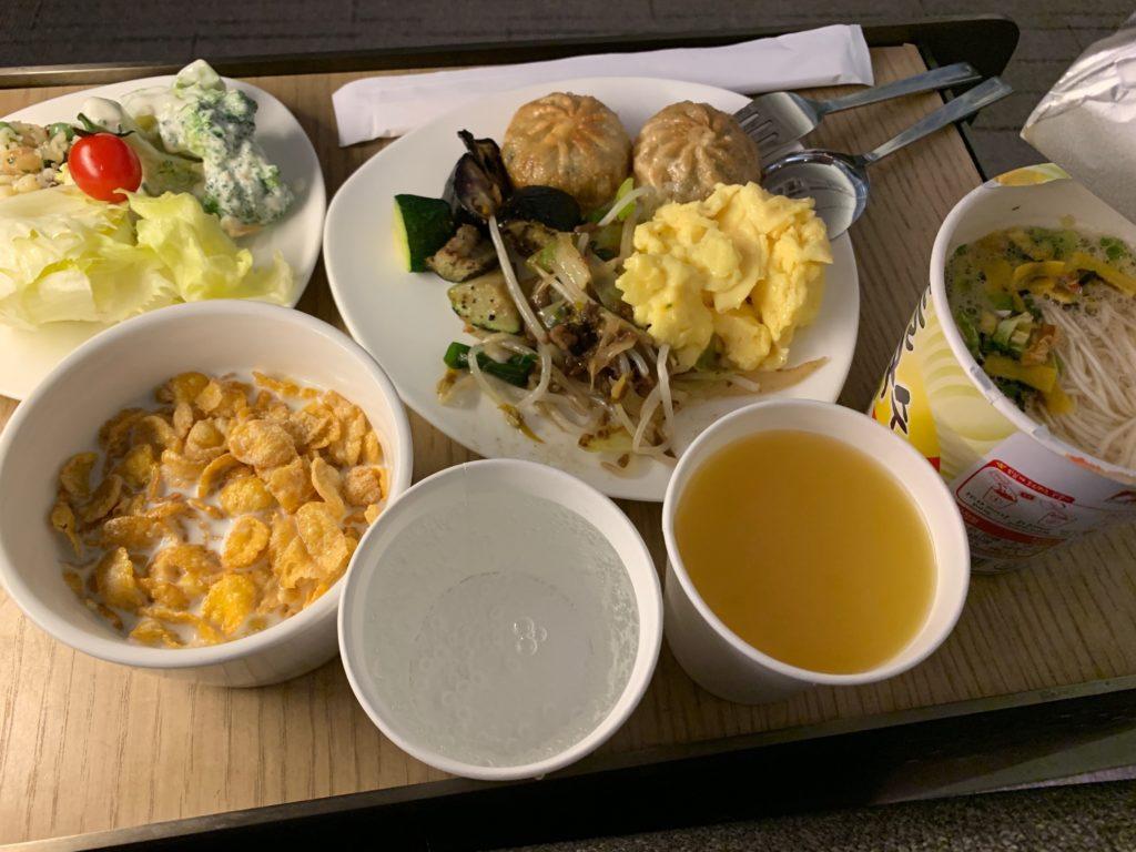アシアナ航空『ビジネスラウンジ』での食事風景