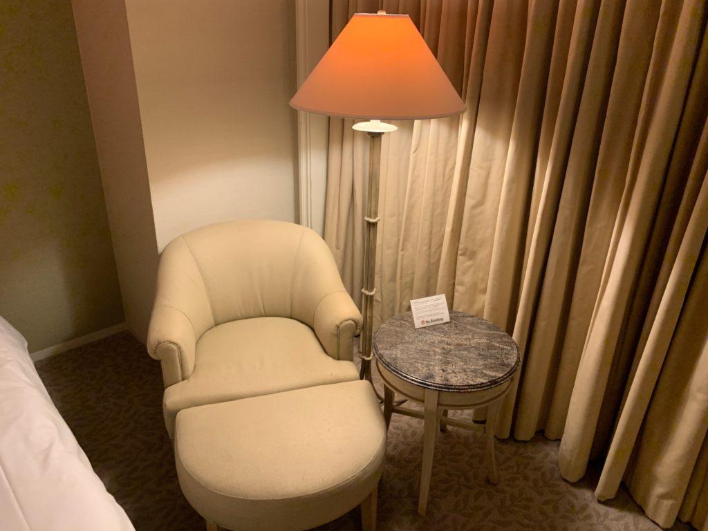 横浜ロイヤルパークホテルのデラックスツインルームのソファー