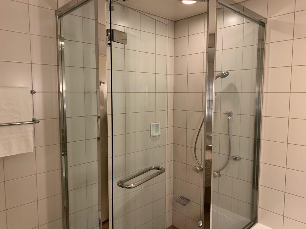 横浜ロイヤルパークホテルの55階のデラックスツインルームのシャワールーム