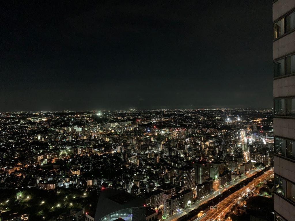横浜ロイヤルパークホテルの55階のデラックスツインルームの窓からの夜景