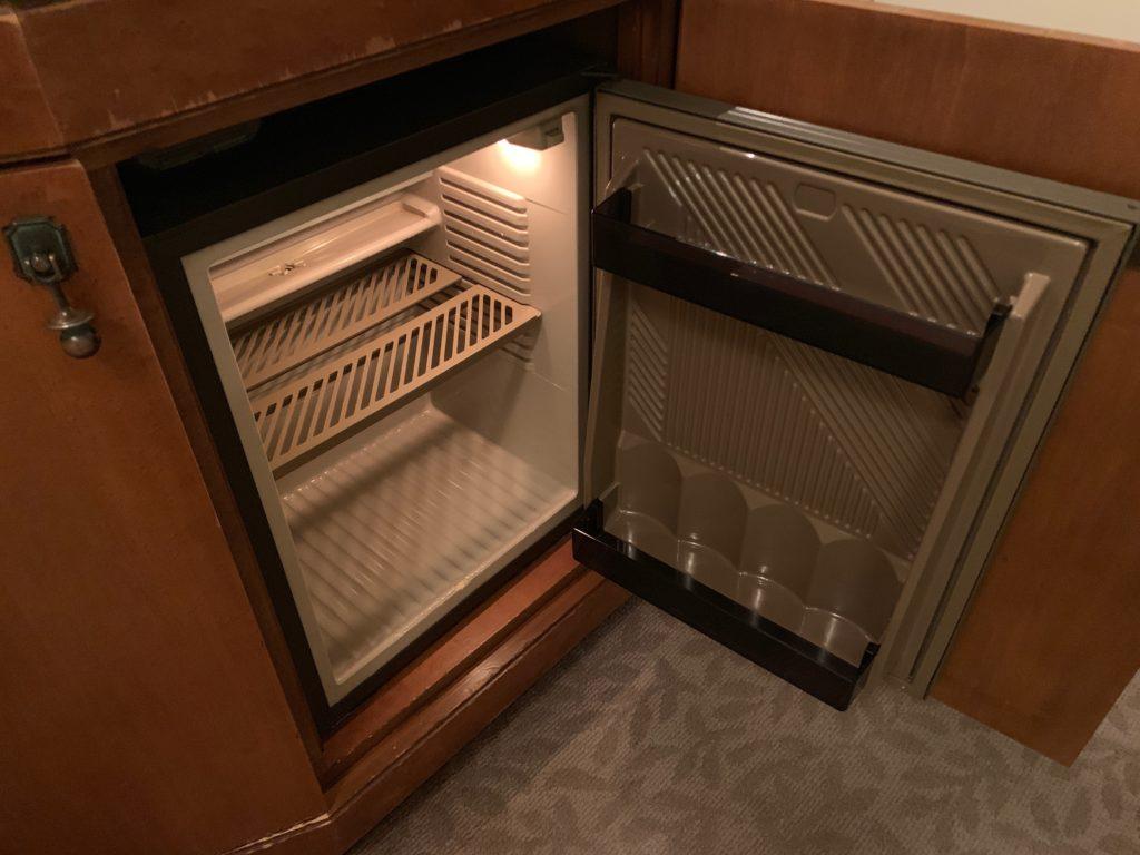横浜ロイヤルパークホテルのデラックスツインルームの冷蔵庫