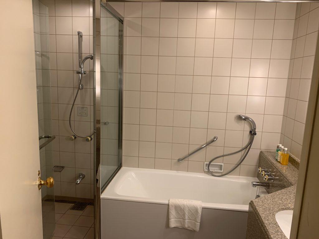 横浜ロイヤルパークホテルの55階のデラックスツインルームのバスタブ