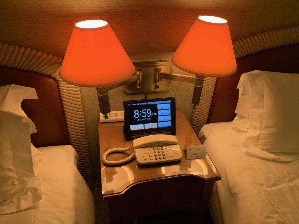 横浜ロイヤルパークホテルのデラックスツインルームのベッド横の照明