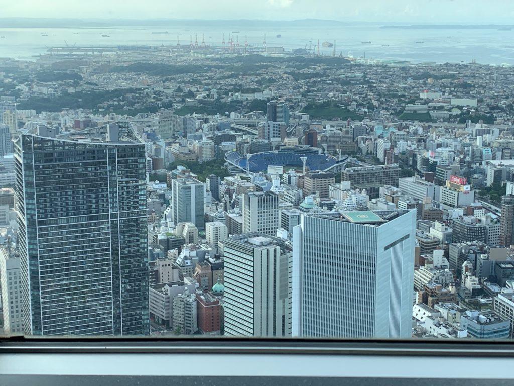 横浜ロイヤルパークホテルの70階スカイラウンジ・シリウスから望む横浜スタジアム