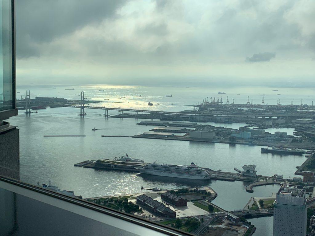 横浜ロイヤルパークホテルの70階スカイラウンジ・シリウスから望むベイブリッジ