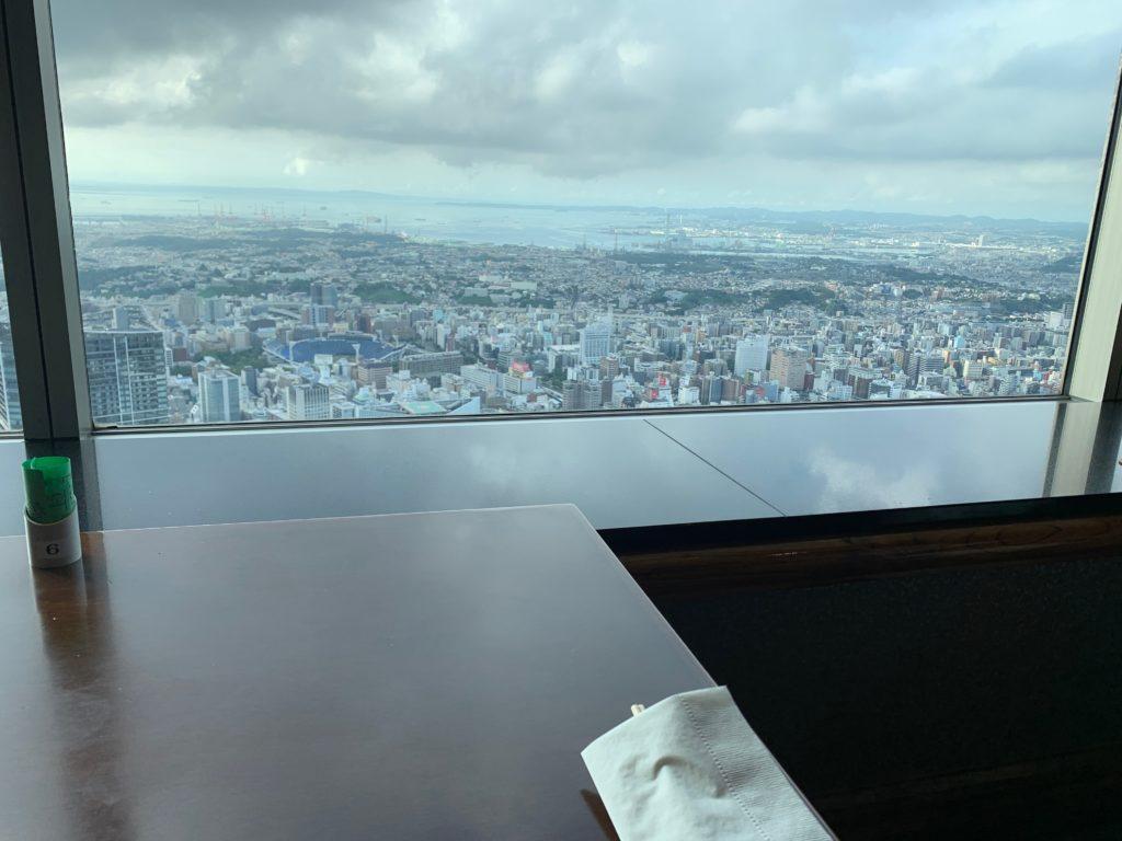 横浜ロイヤルパークホテルの70階スカイラウンジ・シリウスから望む横浜の景色