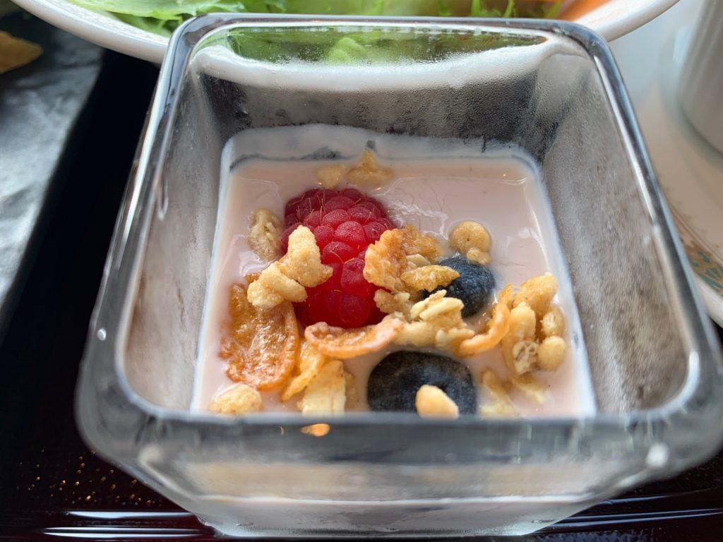 横浜ロイヤルパークホテルの70階スカイラウンジ・シリウスの洋朝食で提供されるヨーグルト