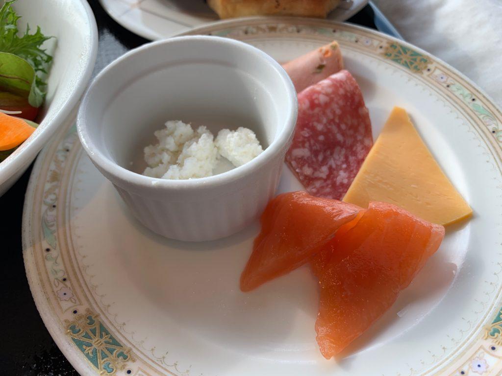 横浜ロイヤルパークホテルの70階スカイラウンジ・シリウスの洋朝食で提供されるスモークサーモンとチーズ
