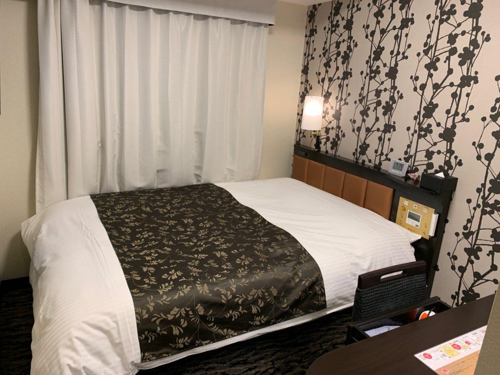 アパホテル&リゾート 横浜ベイタワーの客室のダブルベッド