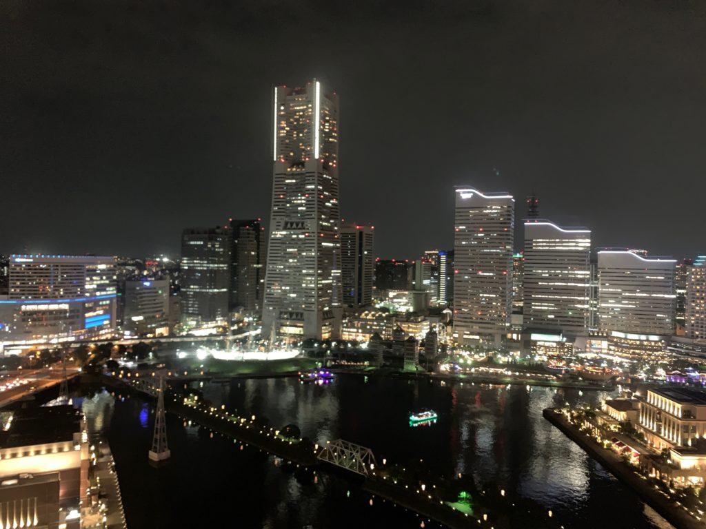 アパホテル&リゾート 横浜ベイタワーの客室からの横浜みなとみらいの夜景