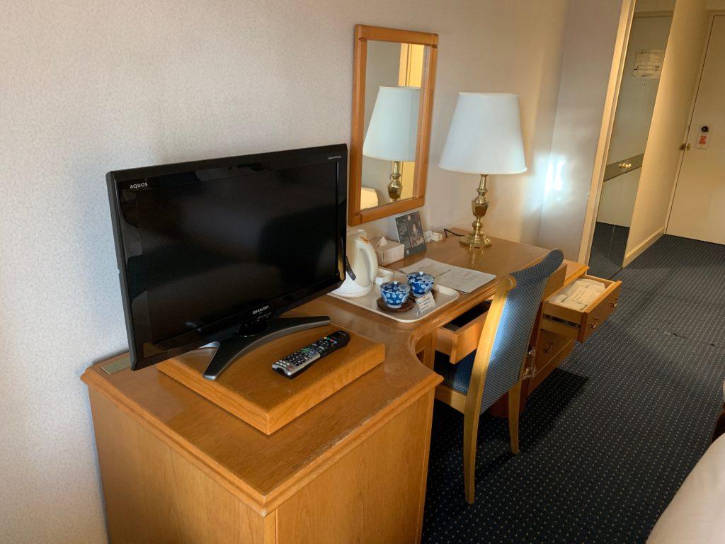 ホテルニューオータニ鳥取のツインルームのテレビ・デスクスペース