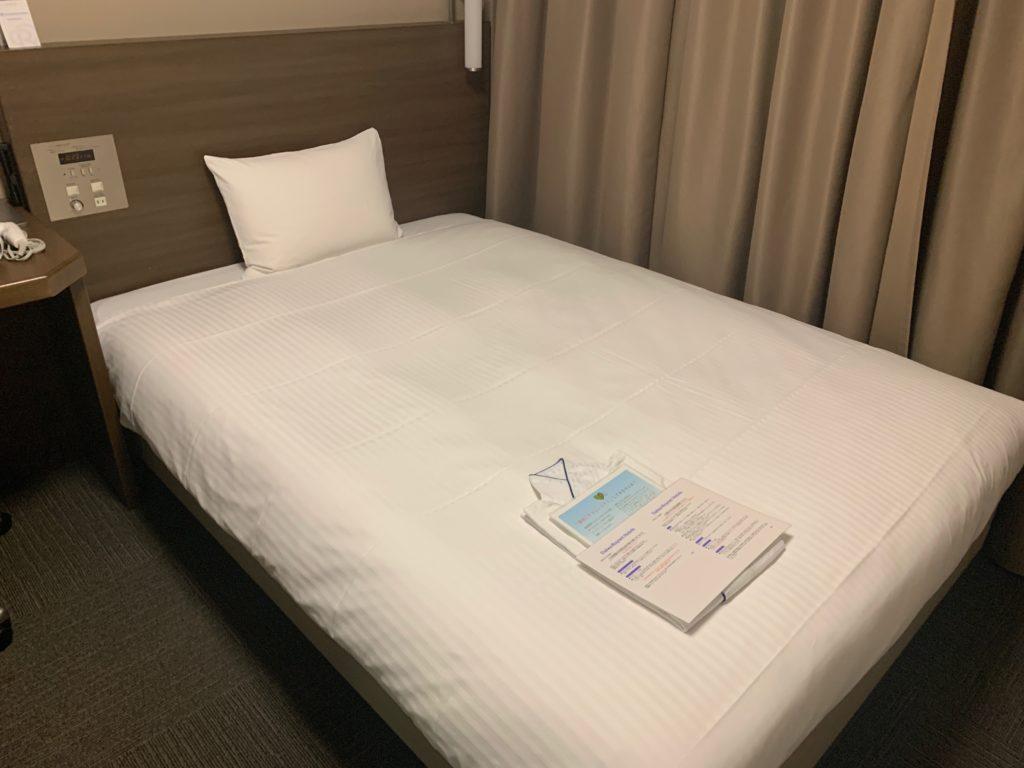 ダイワロイネットホテル横浜関内のビジネスルームのベッド