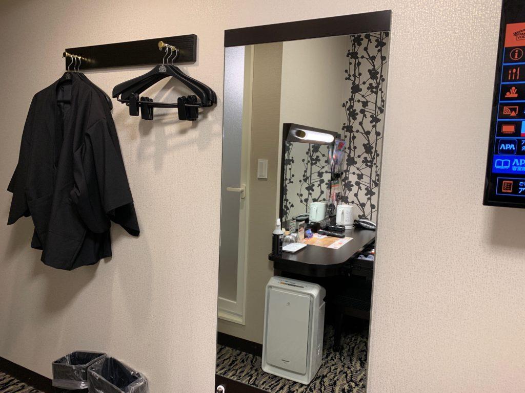 アパホテル&リゾート 横浜ベイタワーの客室の鏡