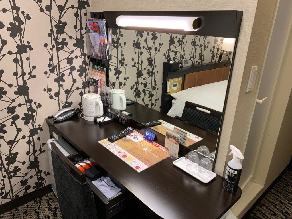 アパホテル&リゾート 横浜ベイタワーの客室のデスクスペース